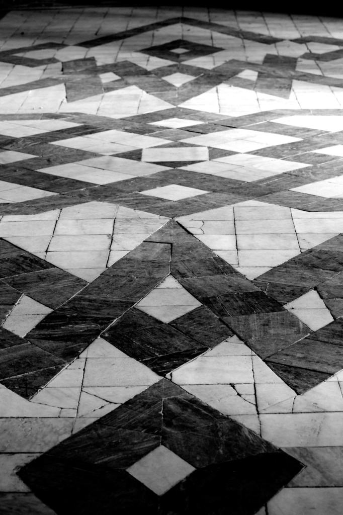Excellent high contrast geometric patterns in the floor
